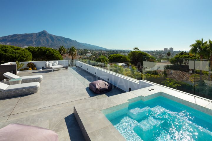 Luxury 5 bedroom villa for sale in Las Brisas, Nueva Andalucia, vith sea and golf views