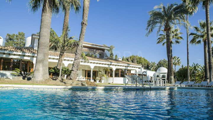 Stately villa with 5 bedrooms for sale near the beach in Guadalmina Baja, Marbella