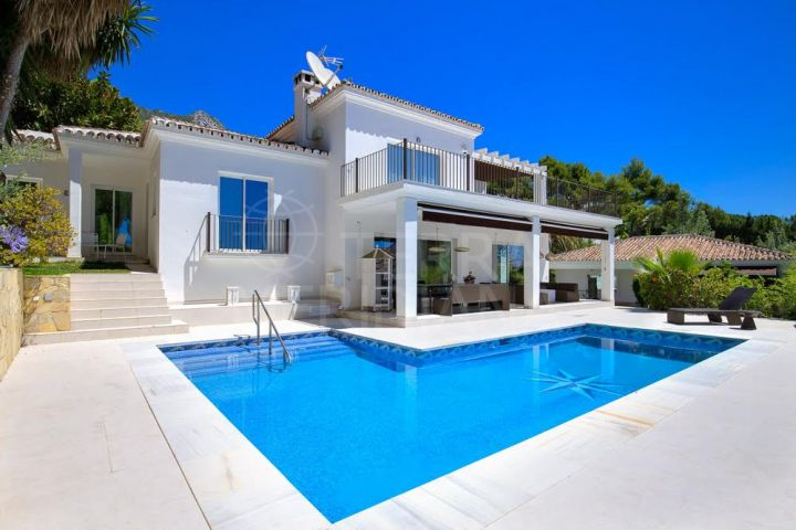 Beautifully upgraded villa with 4 bedrooms and sea views for sale in Cascada de Camojan, Marbella