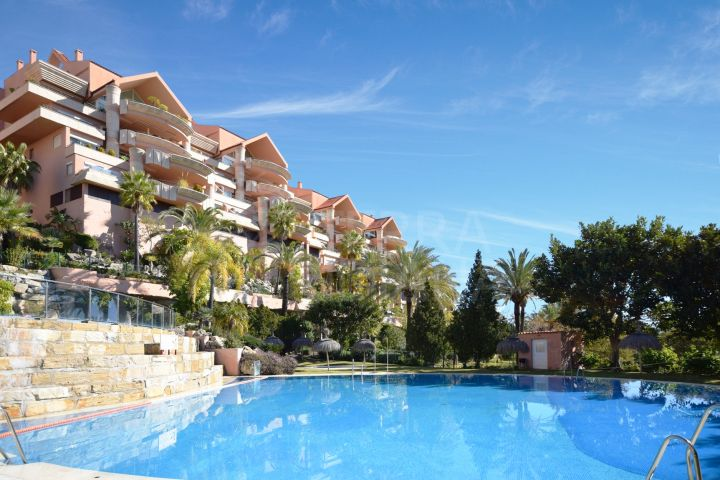 Luxury three bedroom duplex penthouse with solarium for sale in Nueva Andalucia, Marbella