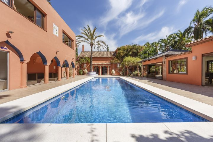 Stunning Spanish style cortijo with 7 bedrooms, horse stables and sea views for sale in Estepona