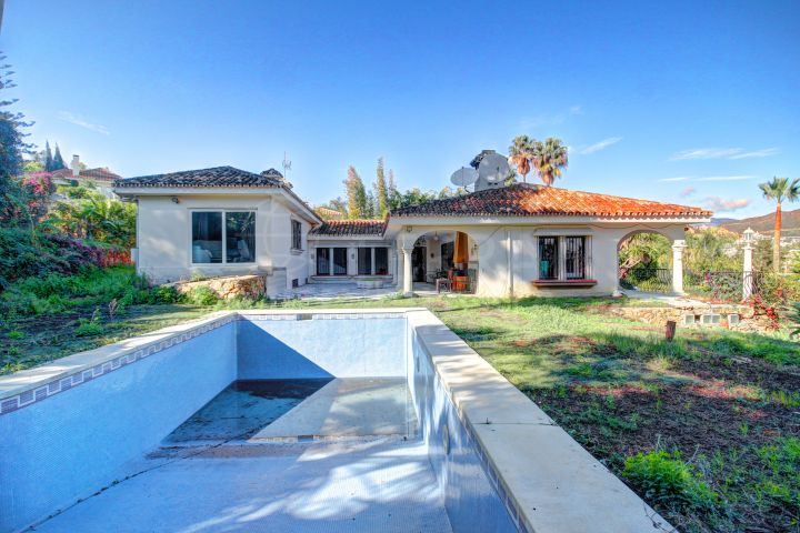 Opportunity for an investor! Spacious Villa ready for reform for sale in Nueva Andalucia