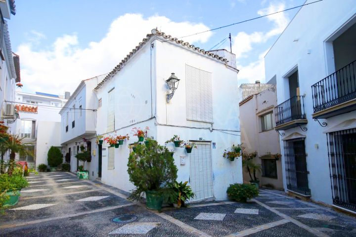 Townhouse for sale to reform in the old town of Estepona, divided into separate dewellings