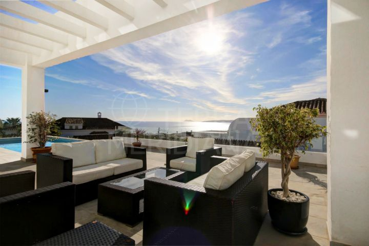 Contemporary villa for sale in Seghers, Estepona, with panoramic sea views.