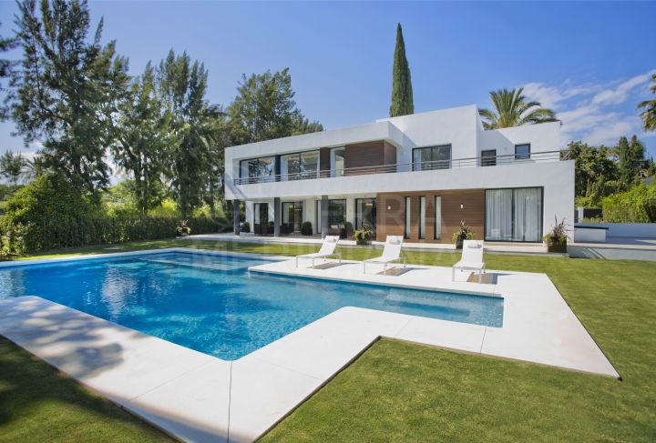 Timeless frontline golf villa for sale in Las Brisas, Nueva Andalucia, Marbella