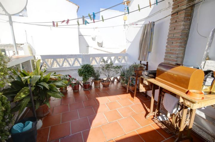 3 storey townhouse for sale in move in condition walking distance to the beach, Estepona old town
