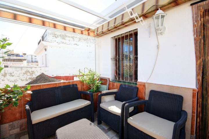 Townhouse in move in condition in the old town centre of Estepona, very close to the beach.