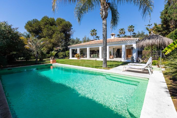 Sophisticated beachside villa for sale in Paraiso Barronal, Estepona