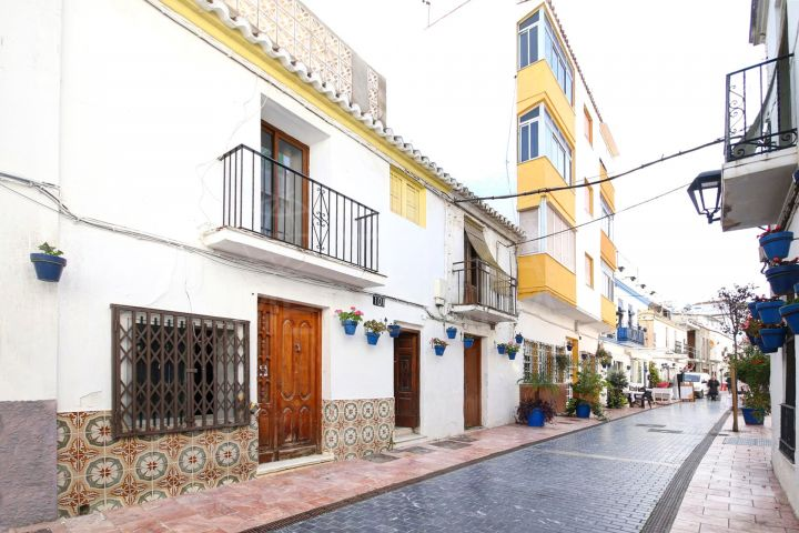 Townhouse for sale in Estepona old town, with commercial premises and private apartment with solarium