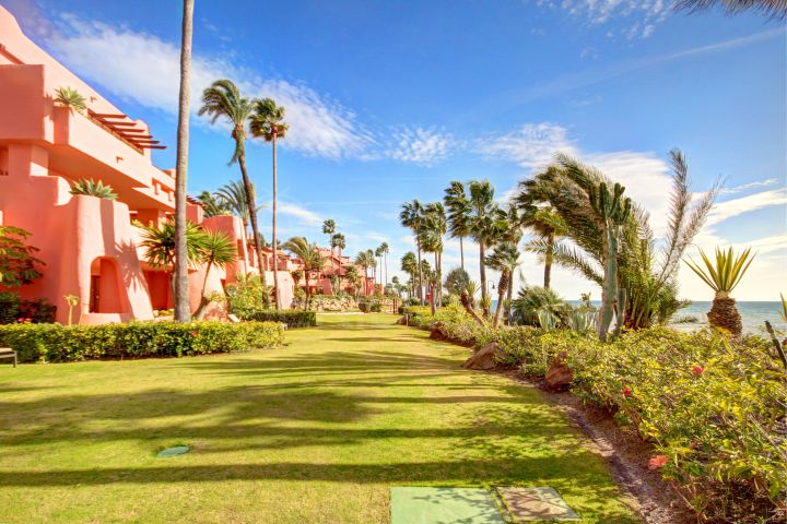 Stunning front line beach, 2 bedroom ground floor apartment in Cabo Bermejo, Estepona