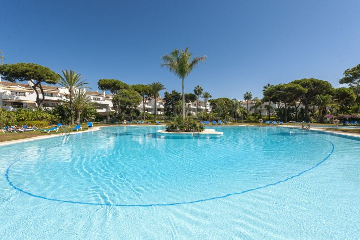 Beautiful beach-side apartment for sale in El Presidente, New Golden MIle, Estepona