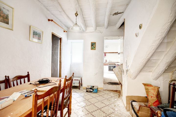 Large townhouse to reform for sale in the old town of Estepona