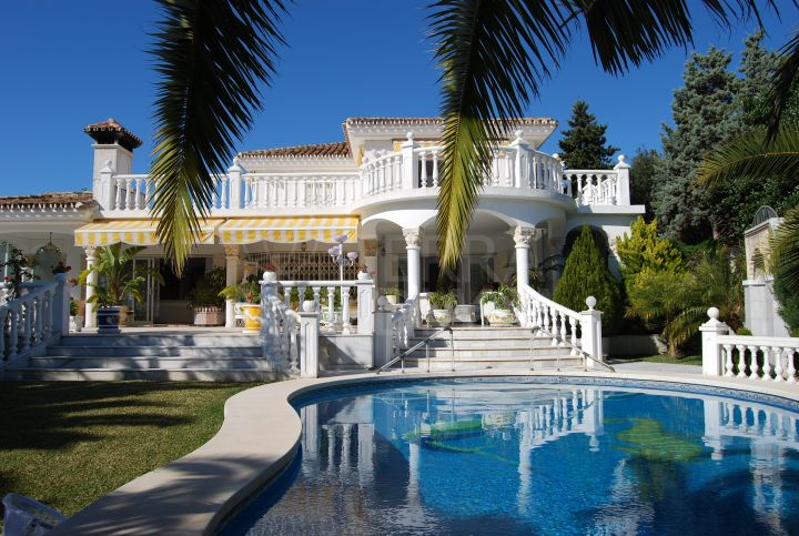 Mediterranean style 4 bedroom villa for sale in Las Chapas beach side Marbella