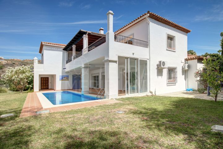 Beautiful 5 bedroom Mediterranean style villa with sea views for sale in El Paraiso, Benahavis