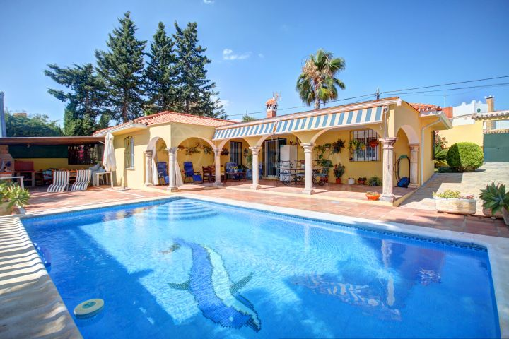 Classic style Andalusian country house with private pool for sale in El Padrón, Estepona