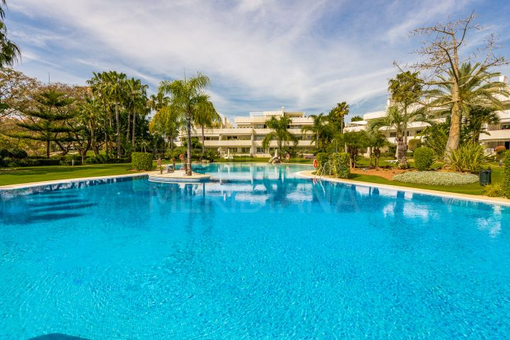 Beautiful and luxurious 2 bedroom apartment for sale in Los Granados Golf, Nueva Andalucia