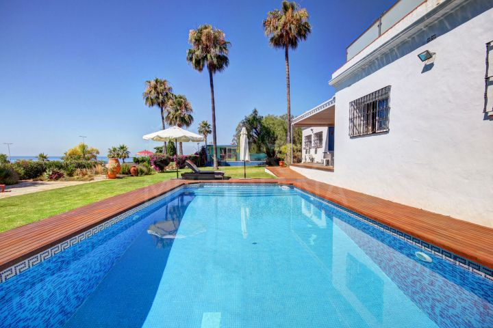 Lovely classic Mediterranean style villa on large plot with excellent sea views for sale in Selwo, Estepona
