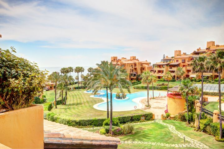 A great opportunity to acquire at an incredible price this magnificent 3 bedroom apartment in the very exclusive complex of los Granados Del Mar.