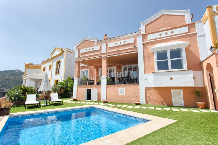 Spacious 4 bedroom Mediterranean style townhouse for sale in Montemayor, Benahavis