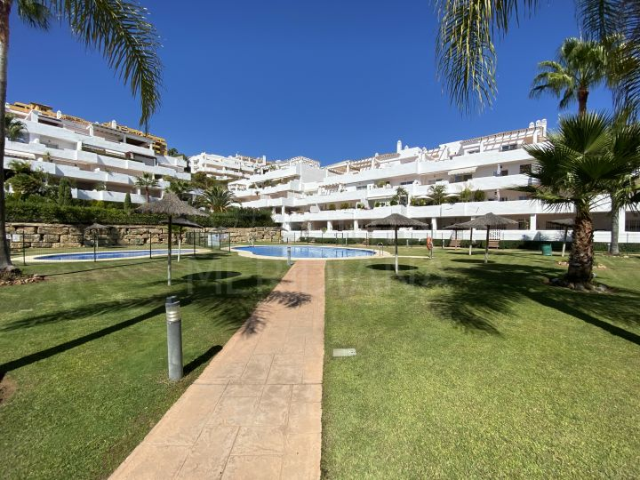 Lovely 2 bedroom apartment with spacious terrace for rent in La Resina, Estepona New Golden Mile