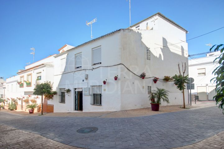 Complete building for sale in the old town of Estepona with 5 independent apartments