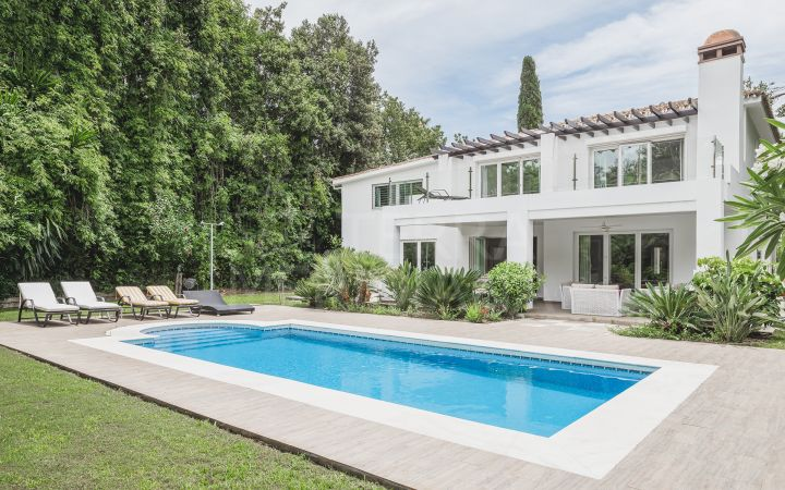 Beautifully refurbished villa with 4 bedrooms on a large plot for sale in Nueva Andalucia, Marbella