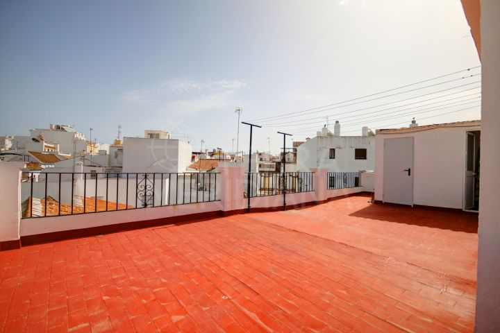 2nd floor apartment for sale in the old town of Estepona, with large terrace and a shared solarium