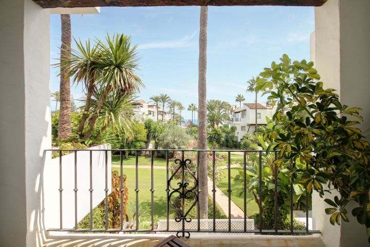 Beautiful 2 bedroom apartment with sea views for sale in Alcazaba Beach, Estepona