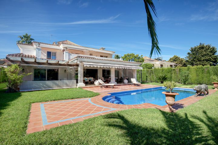 Mediterranean style villa with 5 bedrooms for sale near the beach in Casasola, Estepona
