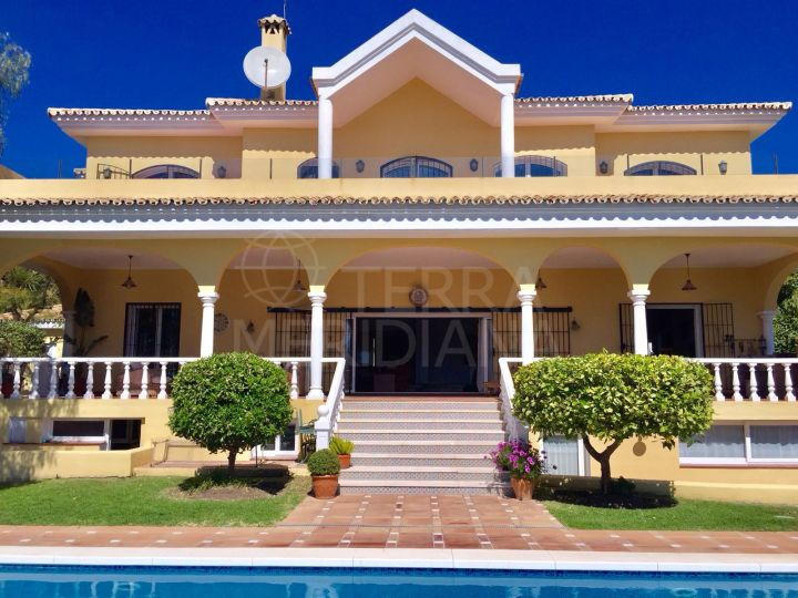 Fabulous and well-priced 5 bedroom villa with golf and sea views for sale in El Paraiso, Benahavis