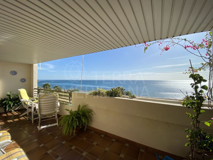 4 bedroom apartment with lift for sale on the front line of the beach in Estepona