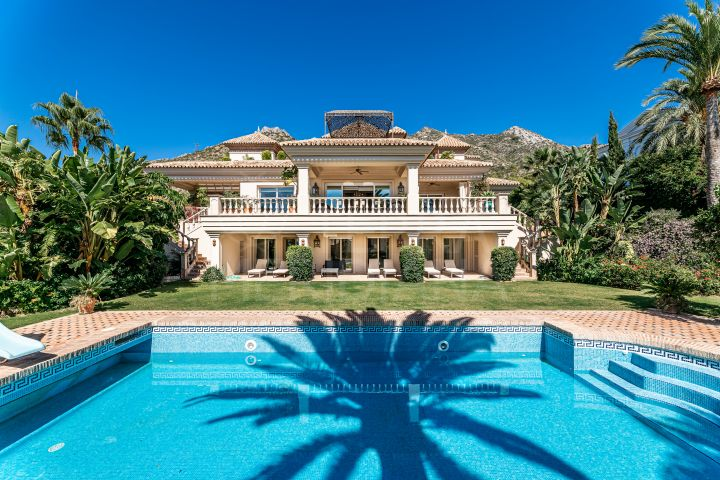Exquisite luxury villa with beautiful sea views and 5 bedrooms for sale in Sierra Blanca, Marbella