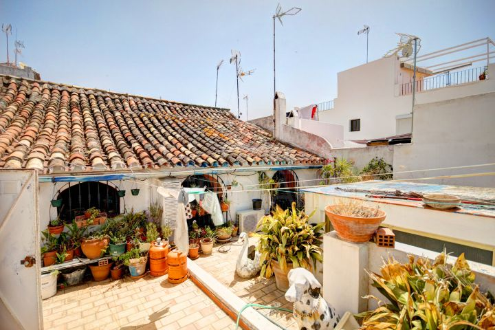 Large townhouse for sale in the old town of Estepona, 100 meters from the beach