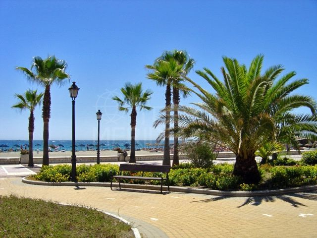Beachside apartment for sale in Playa Rocio, front line beach complex in Puerto Banus