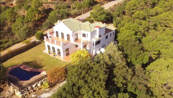 Villa de 4 dormitorios con vistas al mar a la venta en Marbella Club Golf Resort, Benahavis