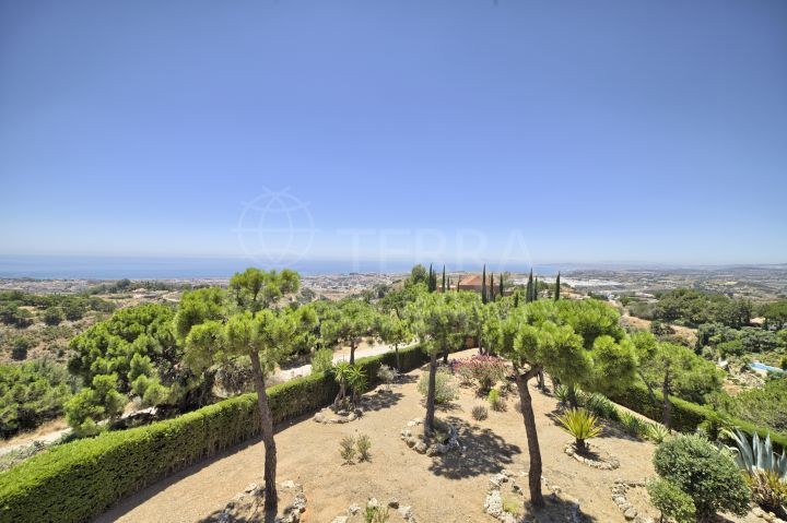 Stunning villa for sale with panoramic views of the mountains and the sea, Los Reales, Estepona
