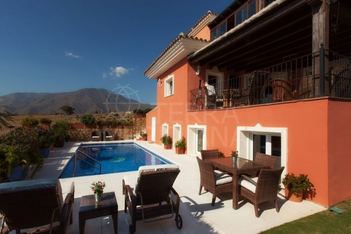 Sizeable villa for sale in move in condition with panoramic views in Seghers, Estepona