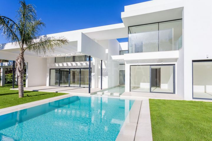 Recently completed new modern villa for sale in Casasola, Estepona with private pool and garage parking