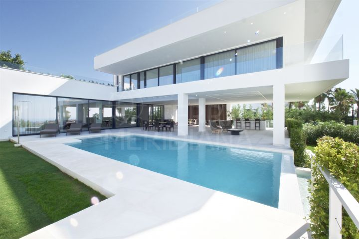 Stunning new modern villa with endless views for sale in La Alquería, Benahavís