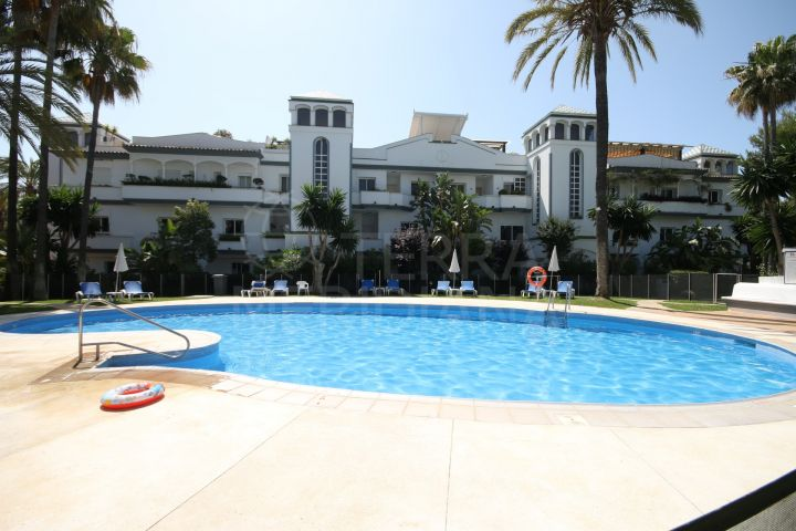 Ground floor apartment for sale in Dominion Beach, a front line beach complex in Estepona