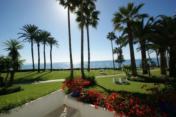 3 bedroom ground floor apartment for sale on the front line beach community of Alcazaba Beach