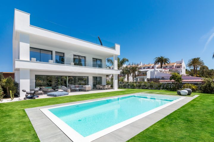 4 bedroom villa for sale in Puerto Banus, walking distance from amenities