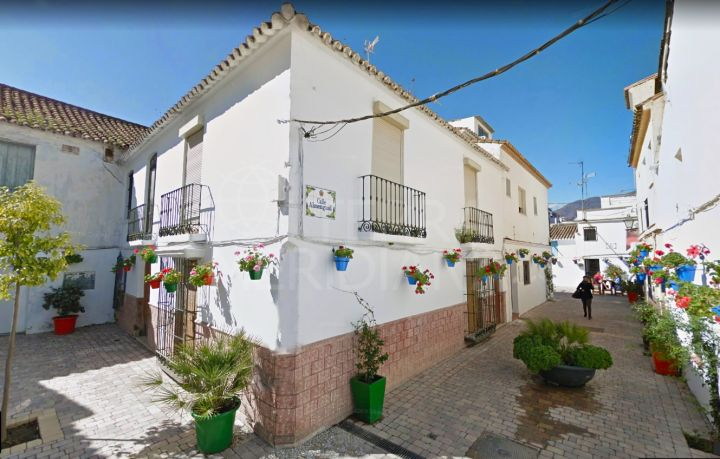 Towhnhouse to reform for sale in the old town centre of Estepona, close to all amenities and close to the beach
