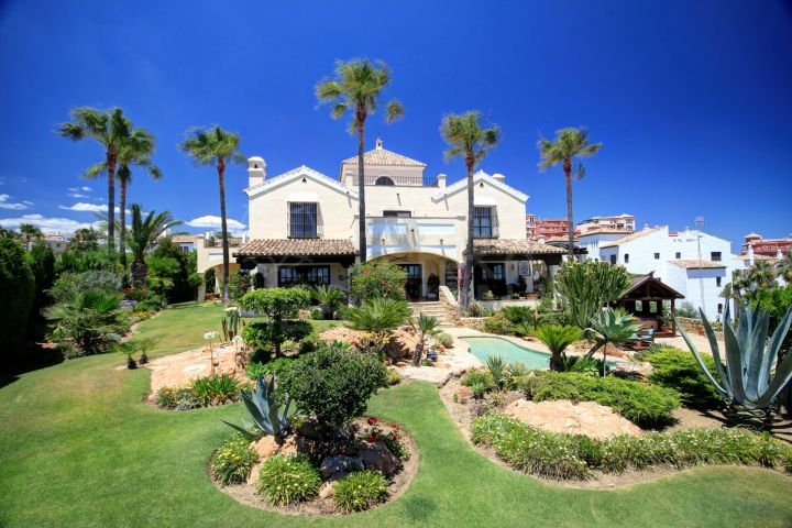 Large villa for sale in La Duquesa Golf, with front line golf views and panoramic sea views.