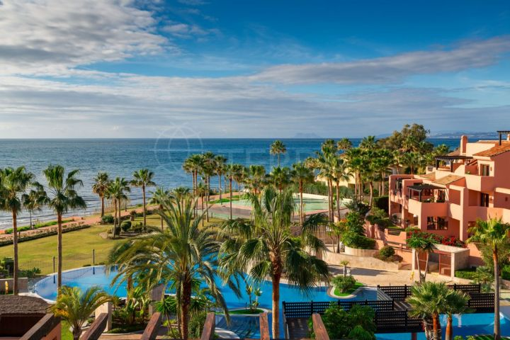 Immaculate penthouse for sale in Mar Azul, Estepona beachfront