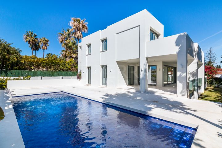 Brand new modern beachside villa with heated pool for sale in the fashionable neighbourhood of Cortijo Blanco, San Pedro de Alcantara