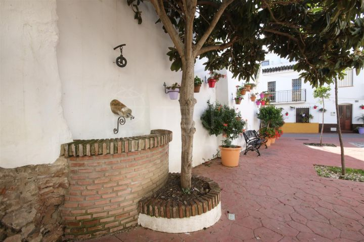 Second floor apartment for sale in Estepona, 200m from the beach in move in condition