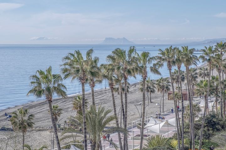 Beachfront 5th-floor luxurious apartment awash in natural light and with expansive sea views for sale in Santa Ana, Estepona centre