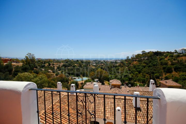 2 bedroom Penthouse Apartment for sale in Benahavis, Malaga