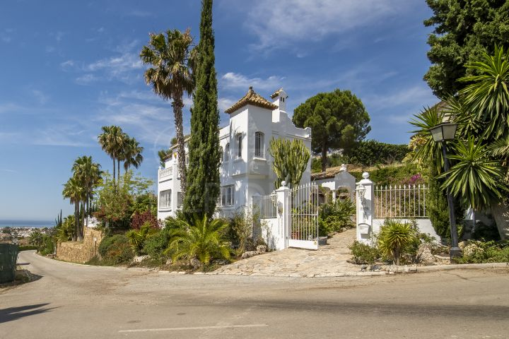 Classic Mediterranean style villa with panoramic coastal views for sale in the prestigious neighbourhood of Paraiso Alto, Benahavis